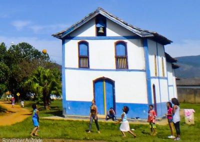 Crianças brincando em frente à Capela de São José