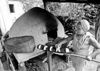 Saindo mais uma fornada quentinha - Dona Terezinha